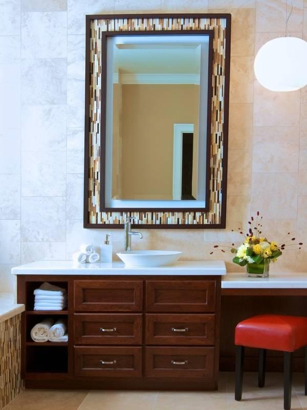 Современное зеркало в раме для ванной комнаты