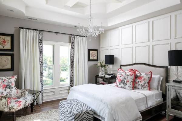 Интерьер белой спальни с черным и красным декором
