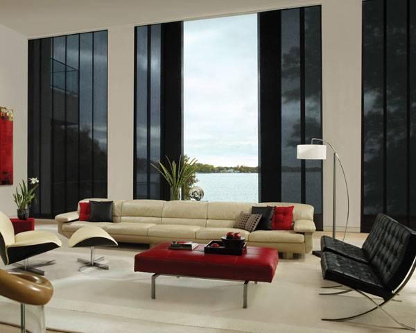 Черные прозрачные шторы в интерьере зала