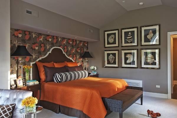 Коричневые обои для спальни с яркими цветами
