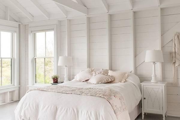 Деревенская белая спальня в интерьере фото