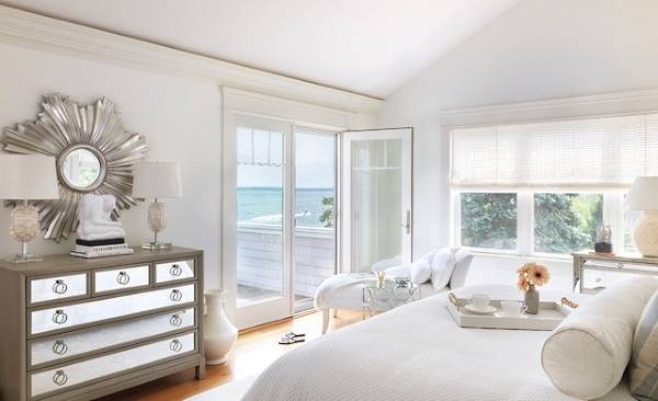 Шикарная белая спальня в интерьере дома
