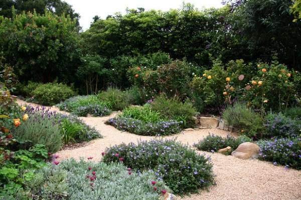 Красивый дизайн сада и огорода с дорожками