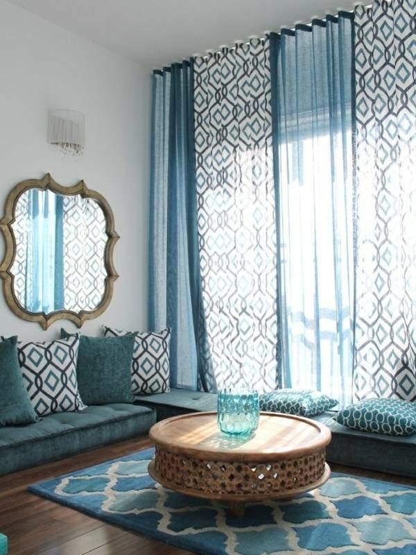 Голубые тюлевые шторы в гостиной