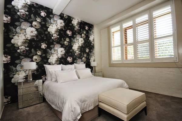 Два вида обоев в интерьере спальни - стильный дизайн фото