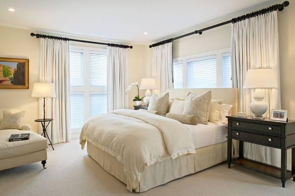 Красивая белая спальня с черным декором