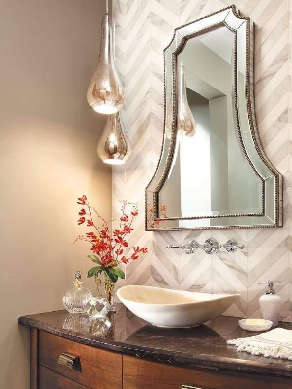 Классическое зеркало над раковиной в ванной