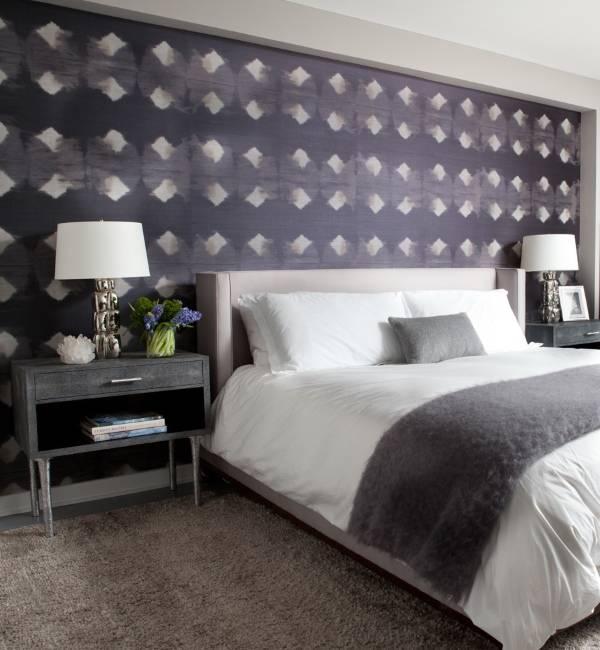 Фиолетовые обои с узором в дизайне спальни