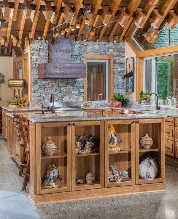 Шикарный кухонный остров с декором на полках