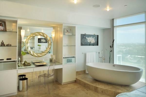 Круглое зеркало в ванную в металлической рамке