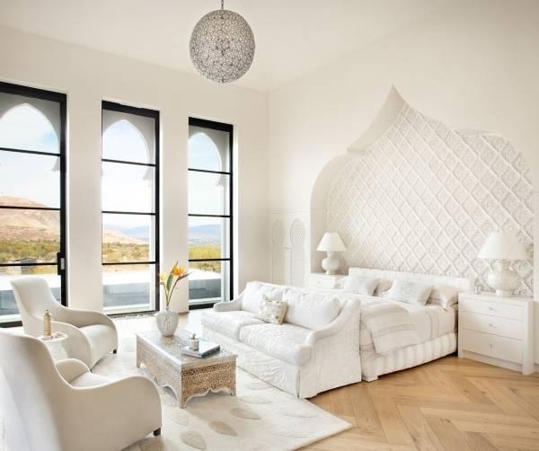 Интерьер белой спальни в марокканском стиле