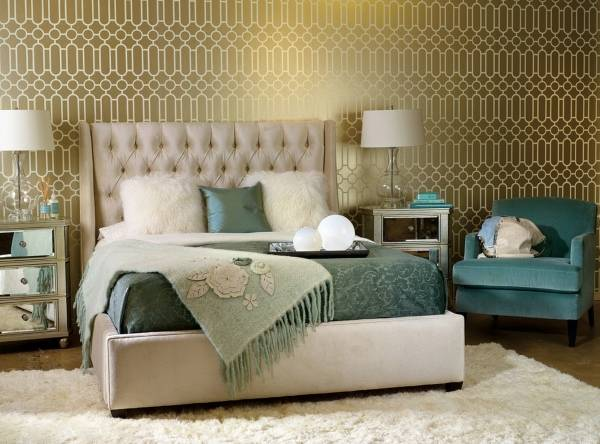Золотистые обои для спальни с эффектом металлик