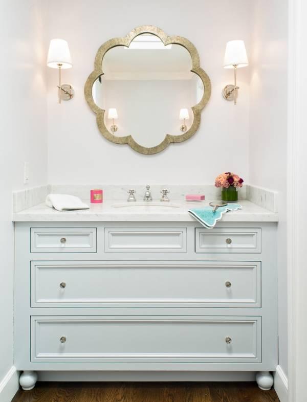 Интересное зеркало в интерьере ванной комнаты