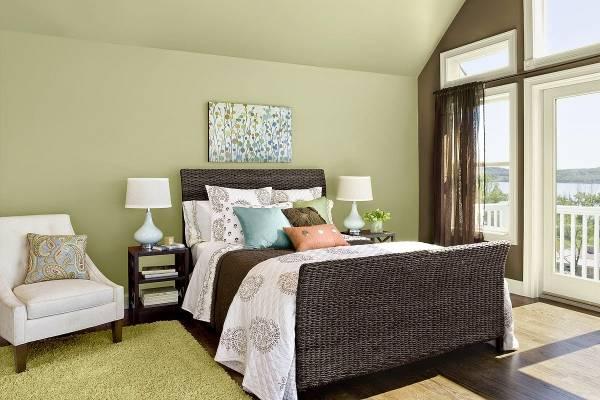 Дизайн спальни в тропическом стиле - зеленые обои