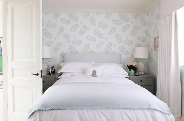 Дизайн обоев для спальни в белом и голубом цветах