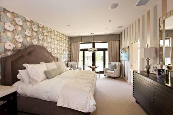 Сочетание обоев двух видов в интерьере спальни