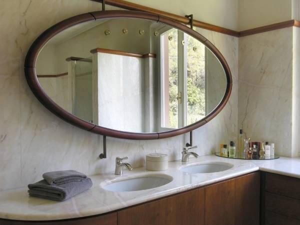 Большое овальное зеркало в ванную