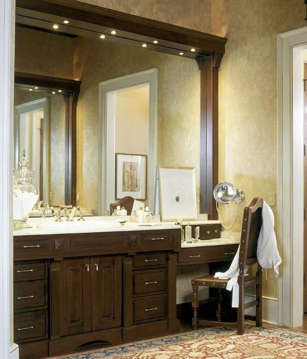 Встроенная подсветка над зеркалом в ванной комнате