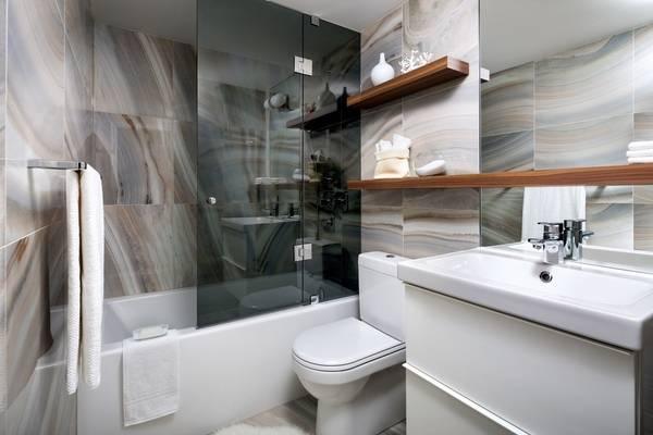 Простое зеркало в ванную комнату с полкой