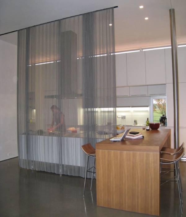 Прозрачные занавески в интерьере фото кухни