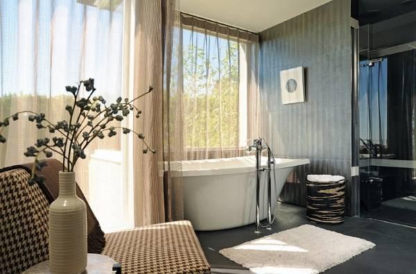 Прозрачные шторы в дизайне ванной комнаты