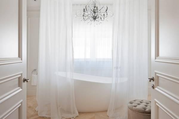Тонкая белая тюль - фото в ванной