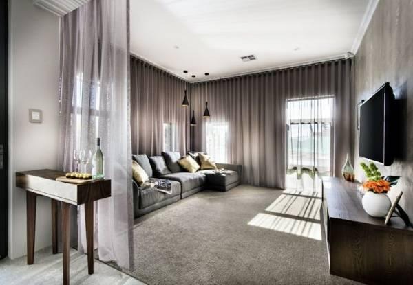 Тюлевые шторы на всю стену в дизайне гостиной