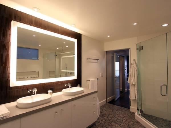 Прямоугольное зеркало с подсветкой в ванную комнату