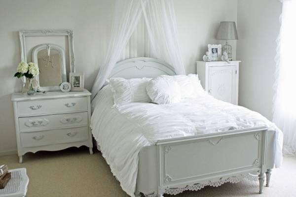 Романтичная спальня с белой кроватью и декором