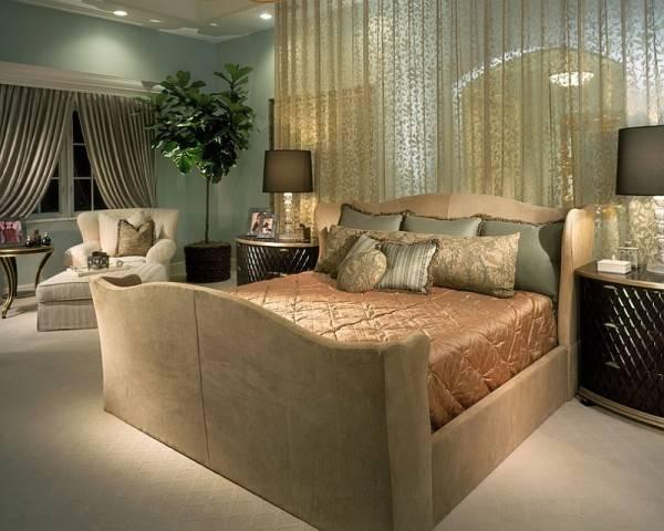 Роскошные прозрачные шторы с узором в дизайне спальни