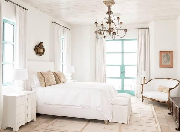 Стильная спальня в белых тонах