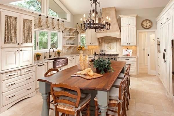 Старинный стол остров для кухни в классическом стиле