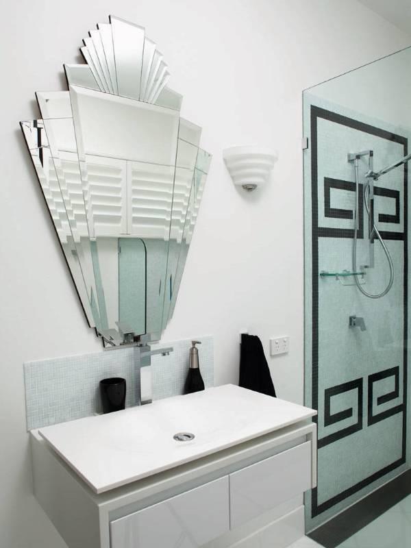 Необычное зеркало без оправы для ванной