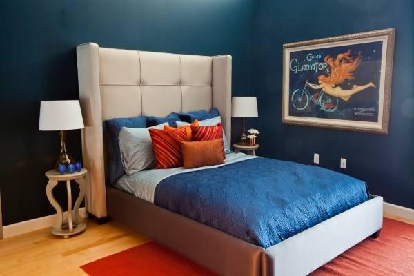 Роскошный темный синий цвет обоев в спальне