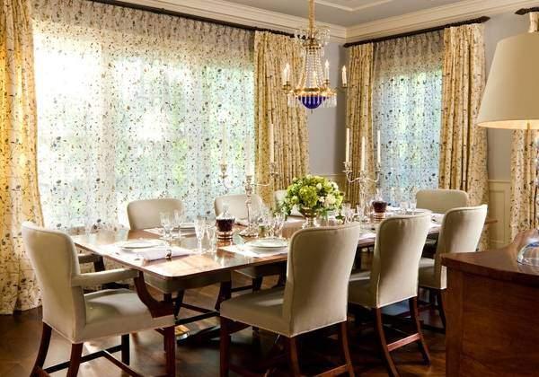 Узорчатые тюлевые шторы - фото обеденной зоны