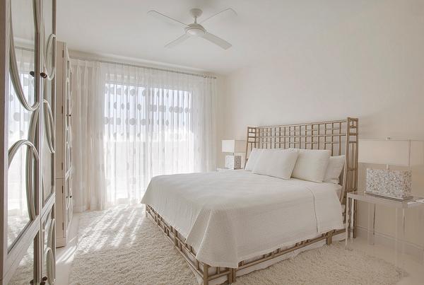 Белая тюль в интерьере - фото спальни