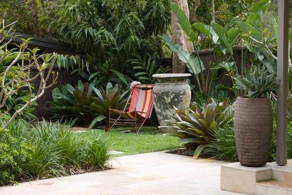 Современный дизайн сада с мебелью и декором