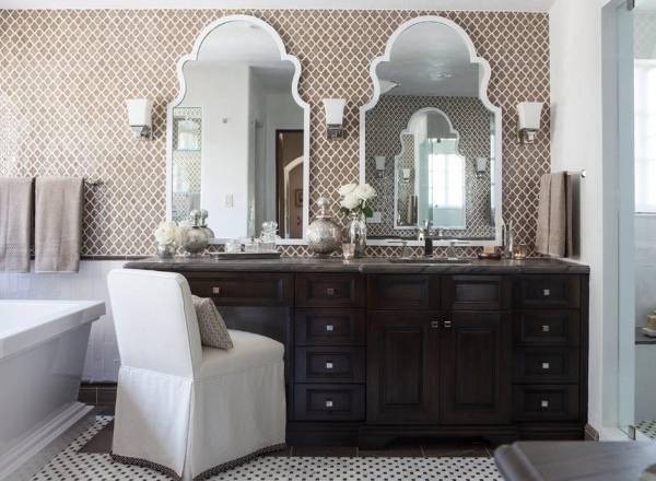 Оригинальные зеркала для ванной в белой оправе