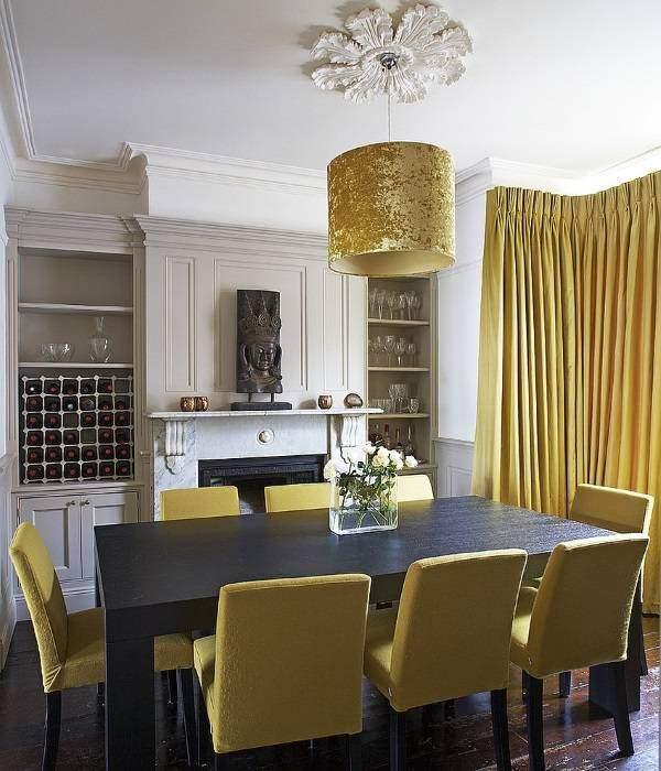 Желтые шторы и мебель в интерьере гостиной столовой