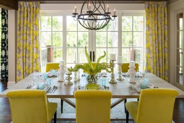 Желтые шторы в интерьере домашней кухни столовой