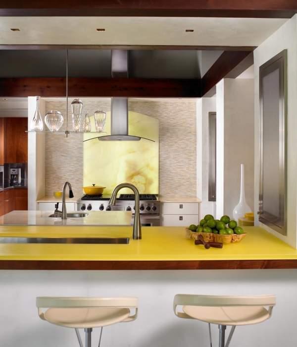Бледно желтый цвет в интерьере кухни частного дома