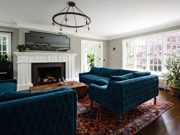 Роскошные диваны с бархатной обивкой в гостиной
