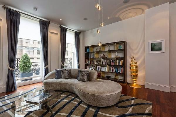 Красивые диваны в гостиную - фото с бархатной обивкой