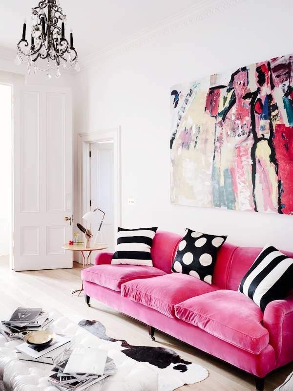 Розовый диван в интерьере гостиной фото