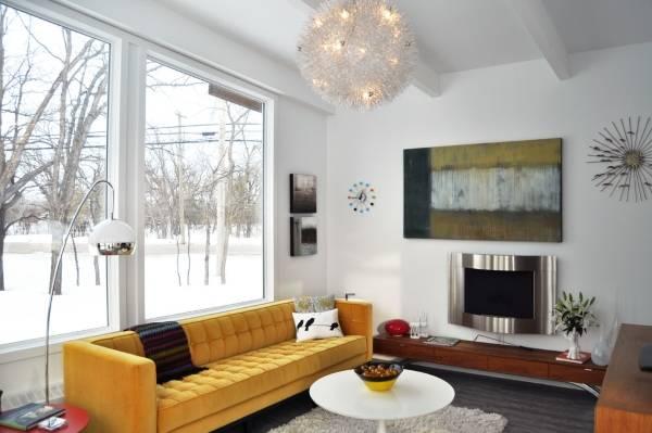 Бархатный диван желтого цвета в гостиной фото