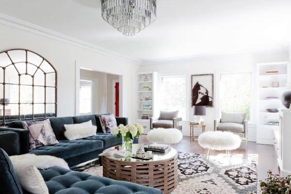 Дизайн гостиной с большим бархатным диваном