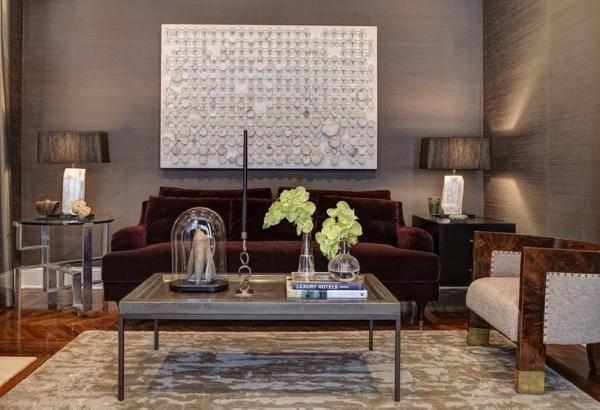 Фото бархатного дивана в гостиной темного цвета