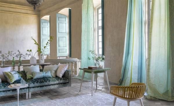 Весеннее украшение интерьера с тканями и цветами