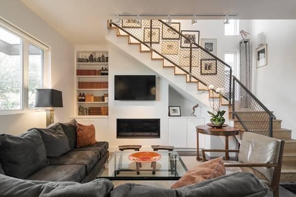 Фото гостиной и лестницы в частном доме