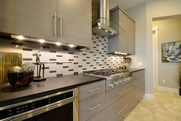 Шикарная современная мебель для кухни - фото кухни частного дома